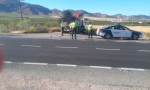 Agentes de la Guardia Civil junto al camión implicado en el accidente